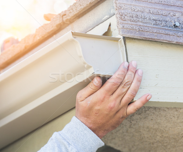 Pracownika aluminium deszcz rynna domu budynku Zdjęcia stock © feverpitch