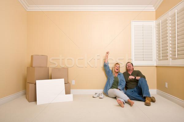 Pareja piso cajas signos excitado relajante Foto stock © feverpitch