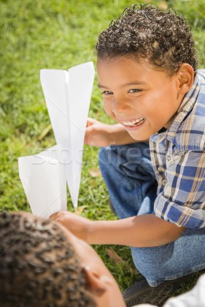 Stock foto: Vater-Sohn · spielen · Papier · Flugzeuge · glücklich