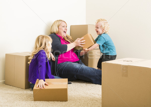 Jonge familie lege kamer spelen Stockfoto © feverpitch