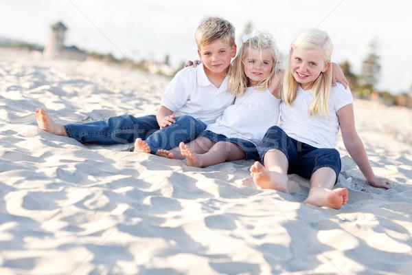 Godny podziwu siostry brat plaży zabawy Zdjęcia stock © feverpitch