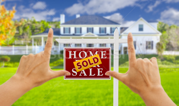 Handen uitverkocht verkoop onroerend teken huis Stockfoto © feverpitch