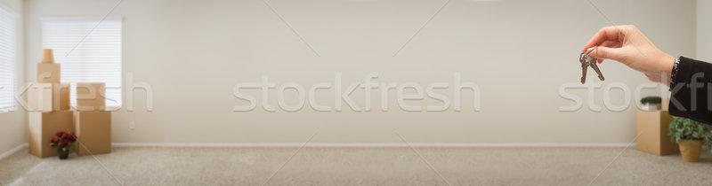 Női kéz tart ház kulcsok bent Stock fotó © feverpitch