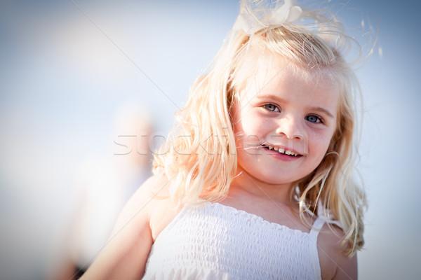 Liebenswert blau Mädchen spielen außerhalb Familie Stock foto © feverpitch