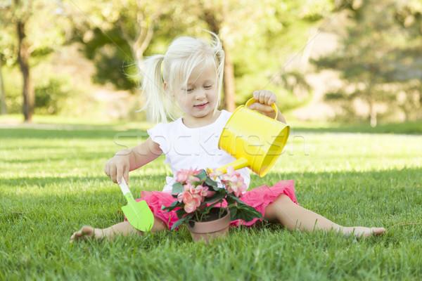 Fetita joc gradinar Unelte ghiveci de flori drăguţ Imagine de stoc © feverpitch