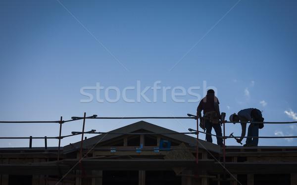 Construction travailleurs silhouette toit bâtiment ciel Photo stock © feverpitch