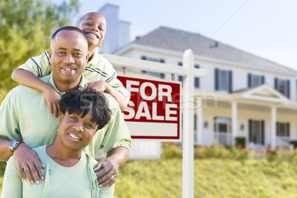 афроамериканец семьи продажи знак дома счастливым Сток-фото © feverpitch