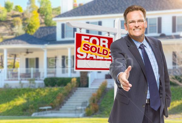 Stockfoto: Mannelijke · agent · hand · te · schudden · huis · uitverkocht · glimlachend