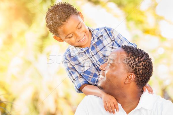 Halfbloed zoon afro-amerikaanse vader spelen buitenshuis Stockfoto © feverpitch