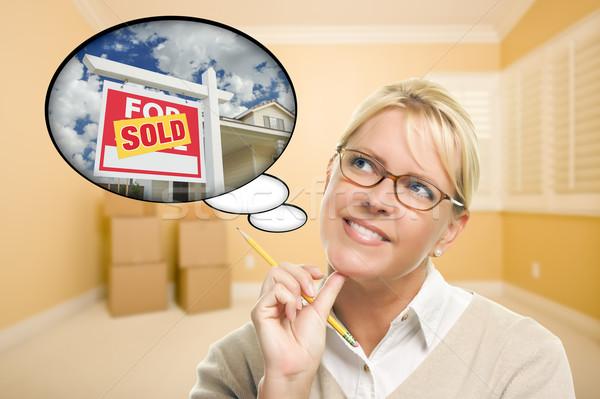 женщину пустой комнате мысли пузырь проданный недвижимости знак Сток-фото © feverpitch