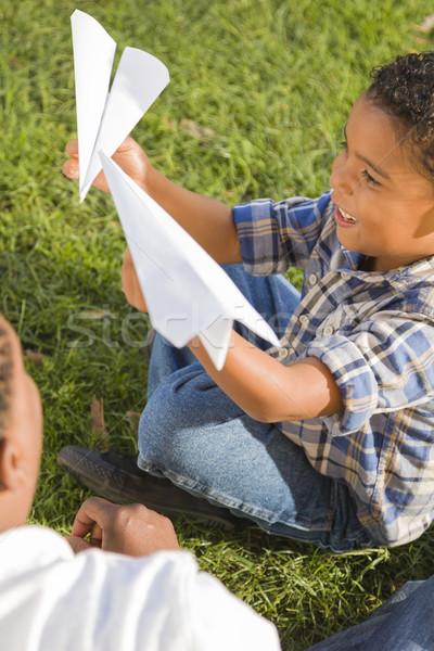 Stockfoto: Halfbloed · vader · zoon · spelen · papier · vliegtuigen · gelukkig