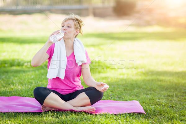 Genç uygun yetişkin kadın açık havada yoga mat Stok fotoğraf © feverpitch
