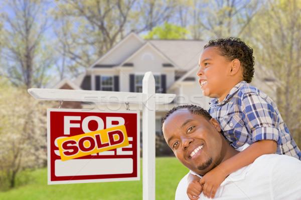 Halfbloed vader zoon onroerend teken huis gelukkig Stockfoto © feverpitch