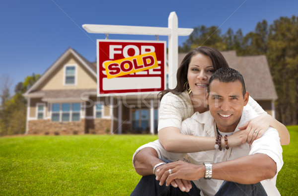 Hispanique couple nouvelle maison immobilier signe Photo stock © feverpitch