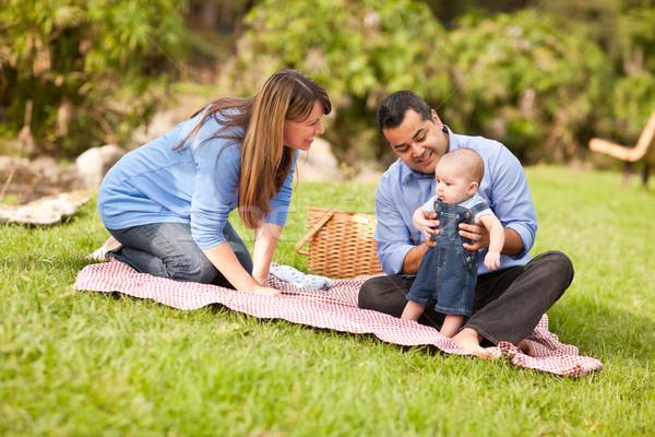 Gelukkig halfbloed familie spelen park picknick Stockfoto © feverpitch