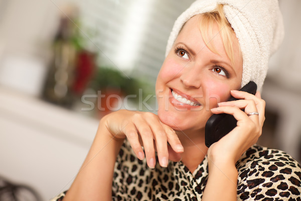 Stockfoto: Aantrekkelijk · kaukasisch · vrouw · praten · mobiele · telefoon · glimlachend