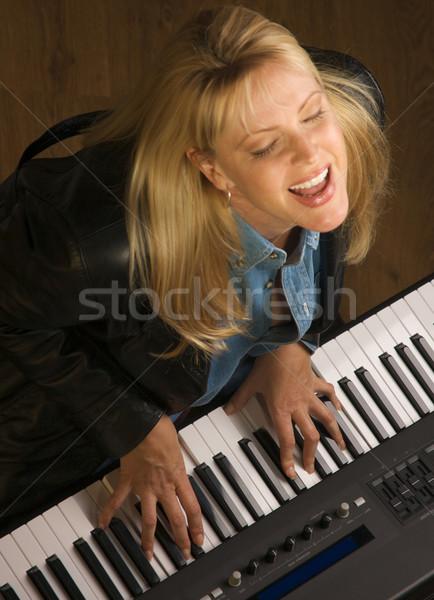 Kobiet muzyk gry cyfrowe fortepian klawiatury Zdjęcia stock © feverpitch