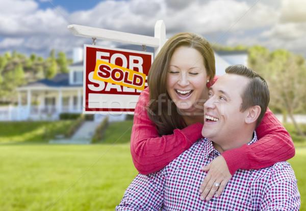 Coppia venduto vendita segno casa felice Foto d'archivio © feverpitch