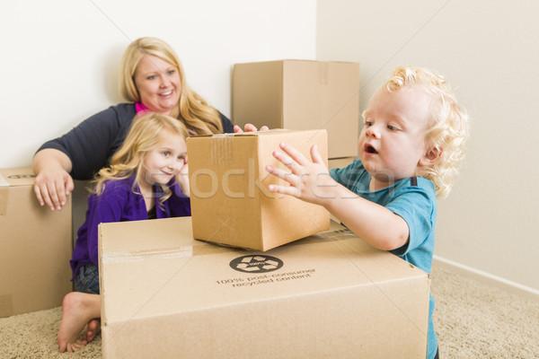 Foto stock: Jóvenes · familia · habitación · vacía · jugando · juguetón