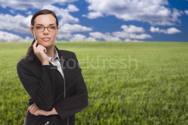 Kobieta pole trawy patrząc kamery uśmiechnięty dziedzinie Zdjęcia stock © feverpitch