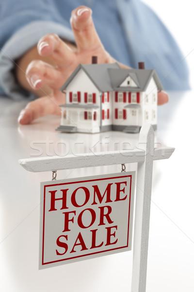 Stockfoto: Onroerend · teken · vrouw · huis · hand · model