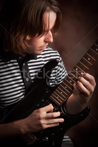 Foto stock: Jovem · músico · guitarra · elétrica · dramático · iluminação · cabelo