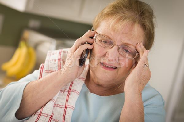Foto stock: Conmocionado · altos · adulto · mujer · teléfono · celular · cocina