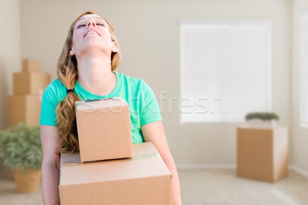 Fáradt fiatal felnőtt nő tart költözködő dobozok üres szoba Stock fotó © feverpitch