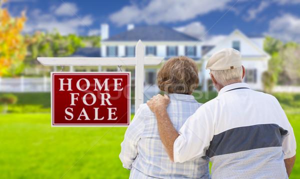 Foto stock: Feliz · casal · de · idosos · venda · assinar · casa