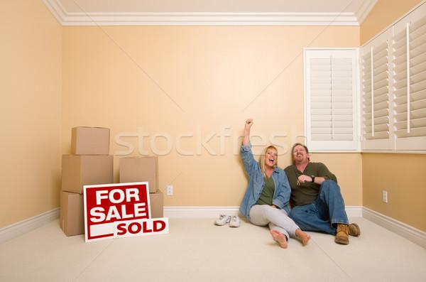 Pareja piso cajas vendido inmobiliario signos Foto stock © feverpitch
