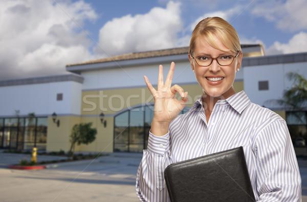 Stockfoto: Zakenvrouw · vacant · kantoorgebouw · glimlachend · okay · teken
