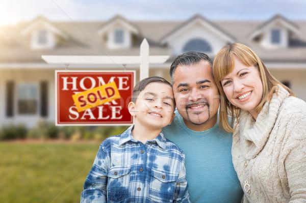 Halfbloed familie huis uitverkocht verkoop echt Stockfoto © feverpitch