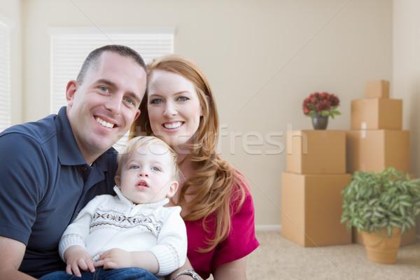 молодые военных семьи пустой комнате коробки счастливым Сток-фото © feverpitch