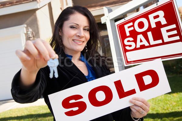 Spanyol nő tart eladva ingatlan felirat Stock fotó © feverpitch