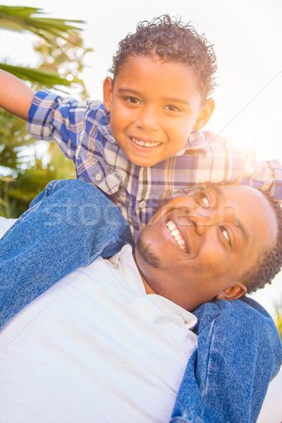 Halfbloed zoon afro-amerikaanse vader spelen op de rug Stockfoto © feverpitch