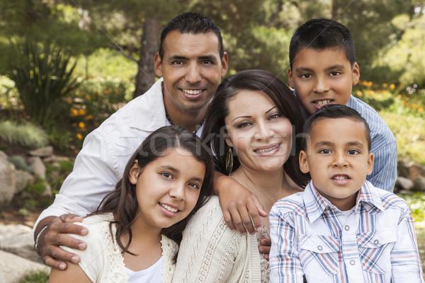 Glücklich anziehend latino Familienbild Park Freien Stock foto © feverpitch