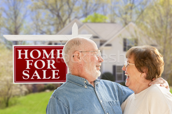 Feliz casal de idosos venda assinar casa Foto stock © feverpitch