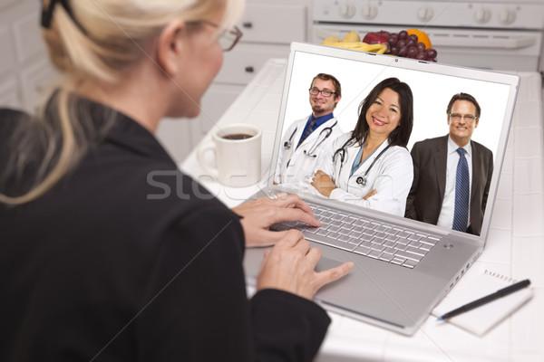 Сток-фото: женщину · кухне · используя · ноутбук · онлайн · врачи