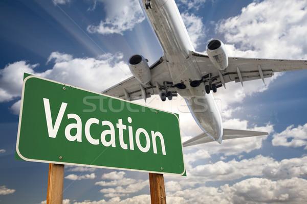 Vakantie groene verkeersbord vliegtuig boven dramatisch Stockfoto © feverpitch