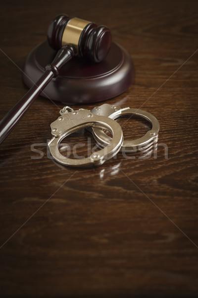 ストックフォト: 小槌 · ペア · 手錠 · 表 · 木製のテーブル · 手