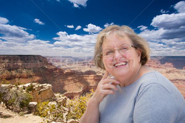 Feliz senior mulher posando borda Grand Canyon Foto stock © feverpitch
