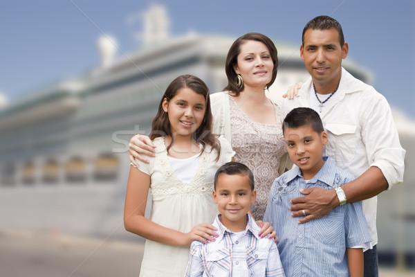 Młodych szczęśliwy hiszpańskie rodziny statek wycieczkowy dok Zdjęcia stock © feverpitch