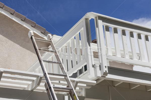 Construcción escalera casa blanca cubierta cielo azul Foto stock © feverpitch