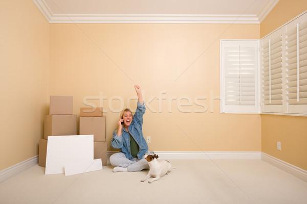 Excitado teléfono mujer cajas signos mujer bonita piso Foto stock © feverpitch
