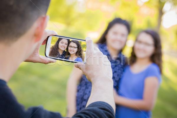 Stockfoto: Man · mobiele · telefoon · foto · vrouw · dochter · buiten