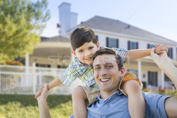 Halfbloed vader zoon op de rug huis spelen familie Stockfoto © feverpitch
