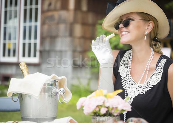 Twintiger vrouw eten drinken champagne outdoor Stockfoto © feverpitch