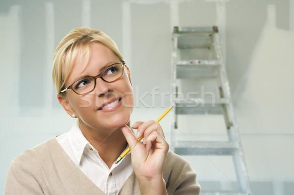 Vrouw binnenkant kamer nieuwe gipsplaten gelukkig Stockfoto © feverpitch