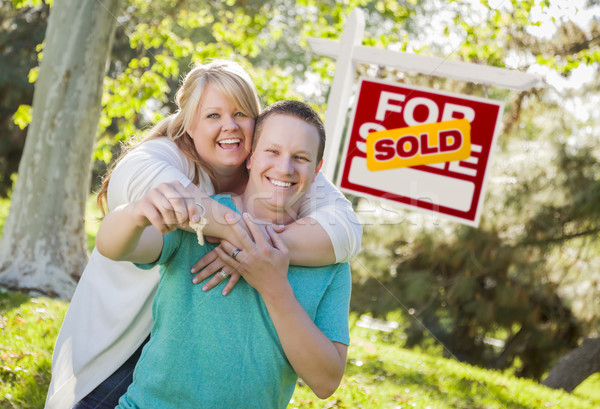 Pareja vendido inmobiliario signo claves Foto stock © feverpitch