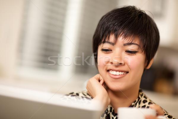 Stock fotó: Csinos · mosolyog · több · nemzetiségű · nő · laptopot · használ · számítógép